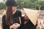 Người dân Quảng Bình ôm chầm lấy Hà Hồ khi cô về quê làm từ thiện