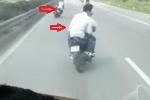 Clip: Nhóm thanh niên đầu trần đi xe máy lạng lách, đánh võng trước đầu ôtô