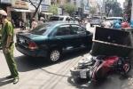 Video: Xe biển xanh truy đuổi, ép ngã hai tên cướp ở TP.HCM
