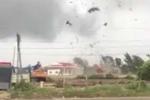 Lốc xoáy cuốn sập, làm tốc mái nhiều nhà dân ở Bạc Liêu
