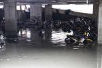 Xe máy bị nước nhấn chìm trong tầng hầm gửi xe ở đường Nguyễn Siêu (Q.1, TP.HCM) /// Ảnh: Phạm Hữu