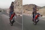 Thanh niên 'làm xiếc' trên chiếc xe máy tuột bánh