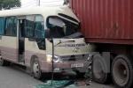 Xe khách tông xe tải, tài xế chết kẹt trong cabin