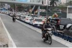 Vượt dải phân cách, xe máy đi ngược chiều 'thách thức' xe buýt nhanh