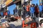 Trung Quốc: Không đạt doanh số, chủ tiệm bánh tự phạt bò lê trên đường đầy tuyết