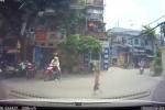 Băng qua đường, bé trai thoát chết trước mũi ô tô