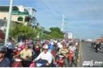 Ô tô lao vào dải phân cách, hàng ngàn xe máy không thể di chuyển