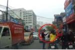 Đôi nam nữ đầu trần tạt đầu taxi bị tài xế tát vào mặt