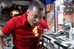 Phi hành gia NASA ăn bánh ngoài vũ trụ thế nào?