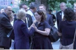 Người phụ nữ bí ẩn xuất hiện cạnh bà Clinton trong lễ tưởng niệm 11/9