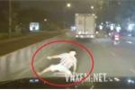 Hà Nội: Thanh niên bỗng nhiên lăn đùng ra trước đầu ôtô định ăn vạ