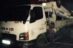 Taxi lao xuống suối, 2 người chết, 1 người trọng thương