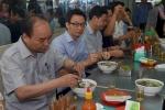 Chùm ảnh: Thủ tướng Nguyễn Xuân Phúc, Phó Thủ tướng Vũ Đức Đam trong quán phở bình dân