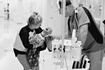 Đau xót nhìn hình ảnh em bé gào khóc sau khi hóa trị ung thư