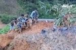 Video: Thầy giáo kéo phao giúp học sinh vùng lũ vượt suối đến lớp