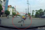 Thanh niên đầu trần vượt đèn đỏ bị ô tô tông suýt ngã sấp mặt
