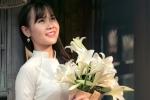 Nữ sinh Học viện An ninh khoe vẻ đẹp tinh khôi bên hoa loa kèn