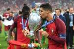 Khoảnh khắc Ronaldo hạnh phúc giương cúp vô địch Euro 2016
