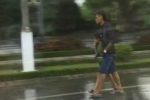 Đuổi bắt người đàn ông dùng súng khống chế trẻ em, cướp taxi