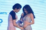 Hoàng Thùy Linh gặp sự cố đỏ mặt ngay trên sân khấu trong đêm nhạc có SNSD
