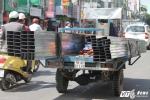 Hãi hùng những chiếc xe chở 'máy chém' trên phố Sài Gòn