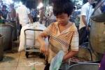 Đau lòng hình ảnh cửu vạn nhí cơ cực nơi chợ đêm giữa Sài Gòn hoa lệ
