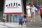 Nghiện điện thoại điên cuồng ở Trung Quốc, chính quyền khuyến cáo con người trở lại thành vượn