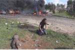 Phóng viên quỳ gối khóc tuyệt vọng trước thi thể em bé Syria trúng bom