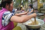 Dân Huế thi làm mứt gừng, bánh tét gây quỹ cho người nghèo đón Tết