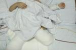 Kêu gọi hỗ trợ cháu bé mất hai chân do sạt lở đất ở Sơn La