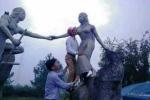 Kiểm điểm cán bộ huyện 'sàm sỡ' tượng nàng Biang trong lúc đi du lịch