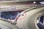 Mô tô phân khối lớn đâm vào thành cầu, nam thanh niên bay xuống đất chết thảm