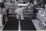 Tên trộm kì cục đột nhập vào nhà hàng ăn 10 quả chuối, bỏ quên bằng lái và đồng hồ