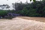 4 học sinh dắt tay qua suối, một em bị lũ cuốn mất tích