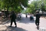 Cảnh sát cơ động truy quét quái xế không mũ bảo hiểm trên phố Hà Nội
