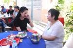 Khi đang bệnh nặng, Minh Thuận vẫn muốn tự tay may áo cho mẹ nuôi