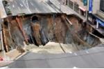 Hố 'tử thần' khổng lồ đáng sợ như cổng địa ngục 'há miệng' trên phố Nhật Bản