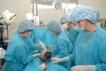 Điều dưỡng tắm bé sơ sinh phát hiện bị gãy chân trong lúc mổ lấy thai