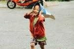 'Cậu bé ve chai xếp dép cho các bạn' được khám sức khỏe để chuẩn bị đi học