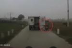 Xe tải biển xanh quên đóng cửa sau, 2 người đi đường văng xuống ruộng