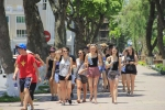 Du khách nước ngoài 'thách thức' nắng nóng gần 40 độ C tại Hà Nội