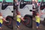 Cậu bé 5 tuổi hung hăng cầm dao dọa tài xế gây sốc
