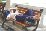 Thi tuyển sinh lớp 10: Phụ huynh, học sinh vạ vật ăn, nghỉ ngay trên vỉa hè, ghế đá
