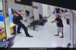Video cảnh sát nhẫn nại thuyết phục người đàn ông cầm dao lao vào đồn gây bão mạng