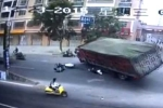 Kinh hoàng khoảnh khắc xe tải chở than đổ đè chết người đi đường