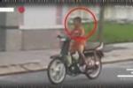 Clip: Cậu nhóc 'bé như kẹo' lao xe máy vù vù trên phố