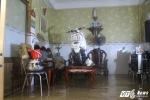 Mưa ngập bất thường, người Sài Gòn đưa xe máy lên bàn tránh lụt