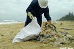 Cứu bờ biển Quảng Nam khỏi nhựa đường vón cục và rác thải in chữ Trung Quốc