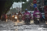 Vừa vui sướng đón mưa 'vàng', dân Thủ đô lại khổ sở vì ngập lụt