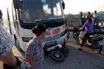 Đi tập thể dục bị xe khách tông trúng, 2 người thương vong